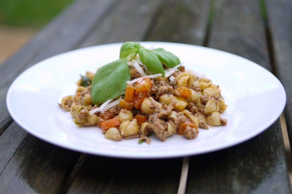 Nudeln mit Hackfleisch-Gemüse-Soße