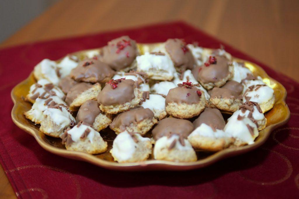 Marzipanberge mit roten Pfefferbeeren | Rezept | Backen | Plätzchen | Weihnachten