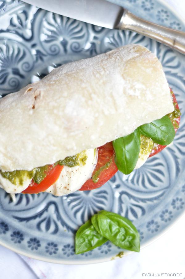 Experimente aus meiner Küche: Selbstgemachtes Baguette belegt mit Caprese und hausgemachtem Pesto Genovese #breadbakingfriday