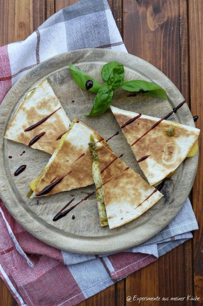 Experimente aus meiner Küche: Gegrillte Quesadilla mit Pesto, Nektarinen und Mozzarella