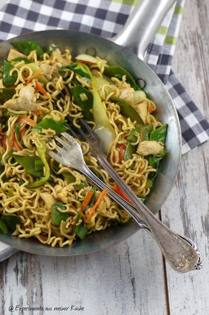Experimente aus meiner Küche: Gebratene Mie-Nudeln mit Hähnchen und Pak Choi