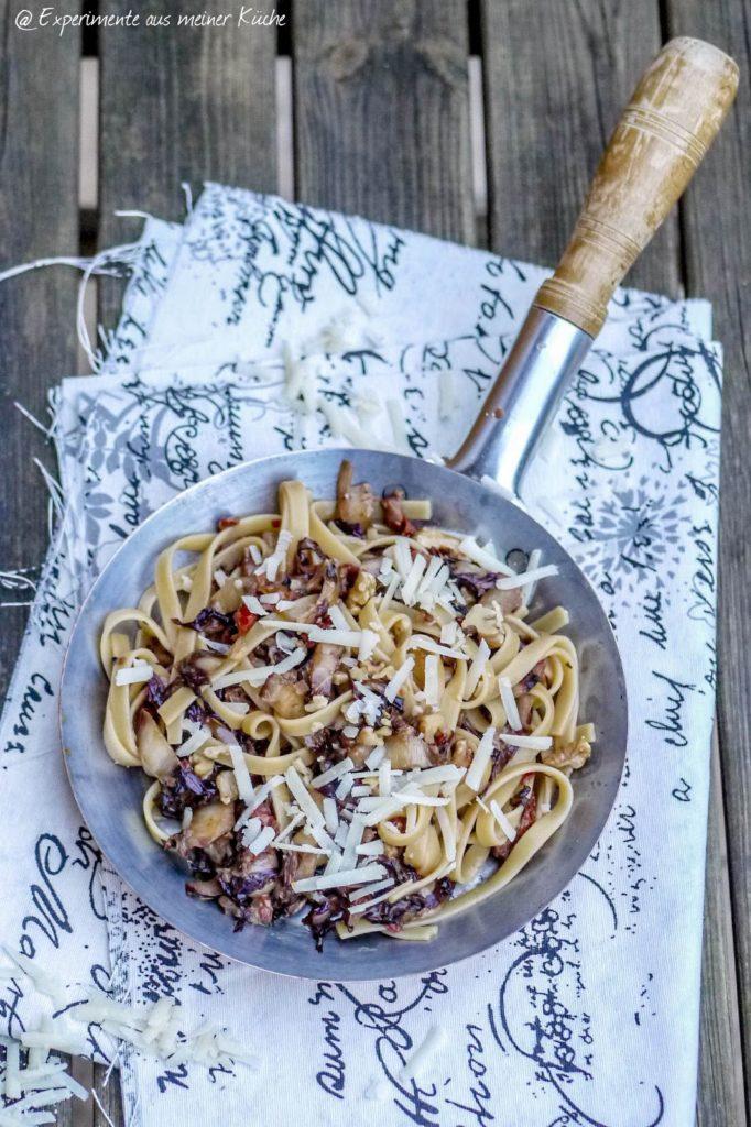 Experimente aus meiner Küche: Radicchio-Pasta mit getrockneten Tomaten und Walnüssen