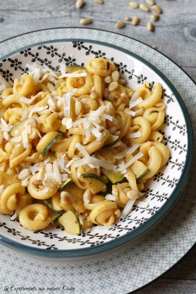 Experimente aus meiner Küche: Pasta in Frischkäse-Pinienkern-Soße