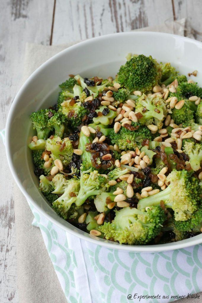 Brokkolisalat mit Rosinen und Pinienkernen | Essen | Kochen | Rezept