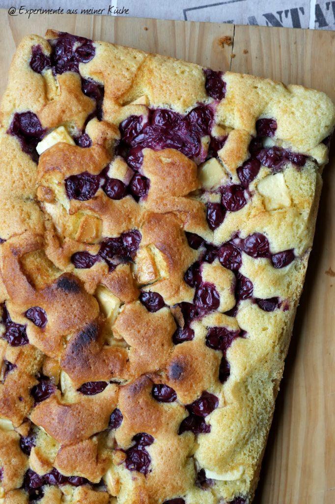 Schneller Blechkuchen mit Kirschen und weißer Schokolade | Rezept | Backen | Kuchen