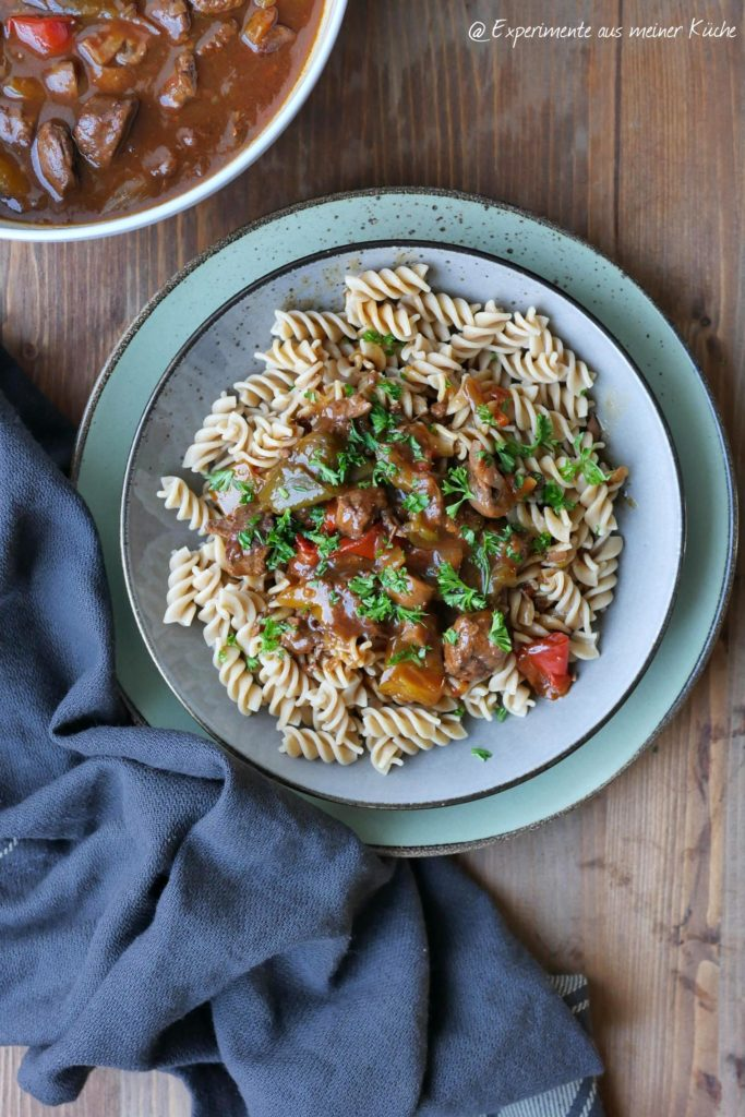 Gulasch mit Paprika und Pilzen | Rezept | Kochen | Essen
