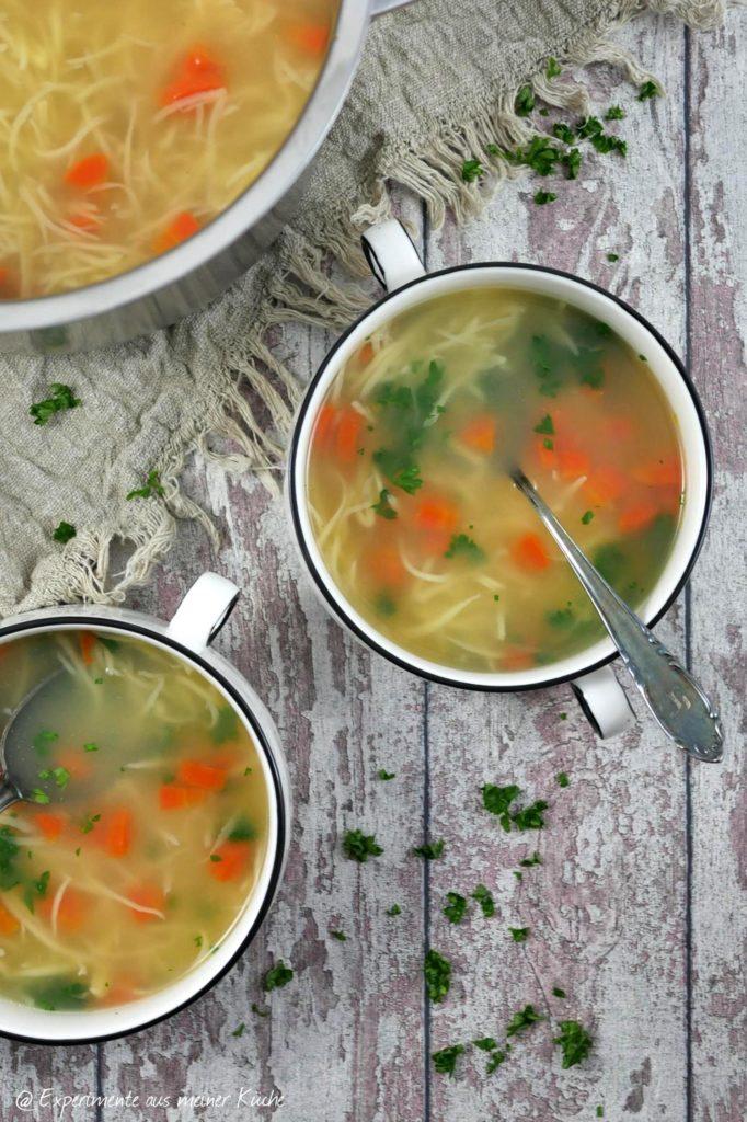 Die gekochte Möhre in Würfel schneiden und Petersilie hacken. Beides zur Suppe geben.